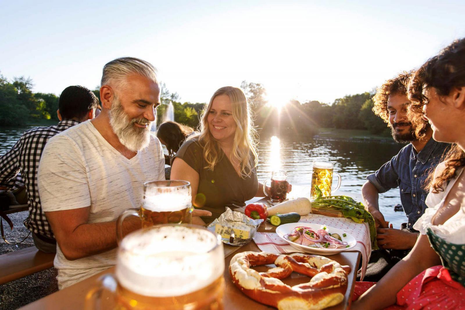 Genieten van de Deutsche gemütlichkeit met heerlijke lokale specialiteiten uit München   Credit: Christian Kasper