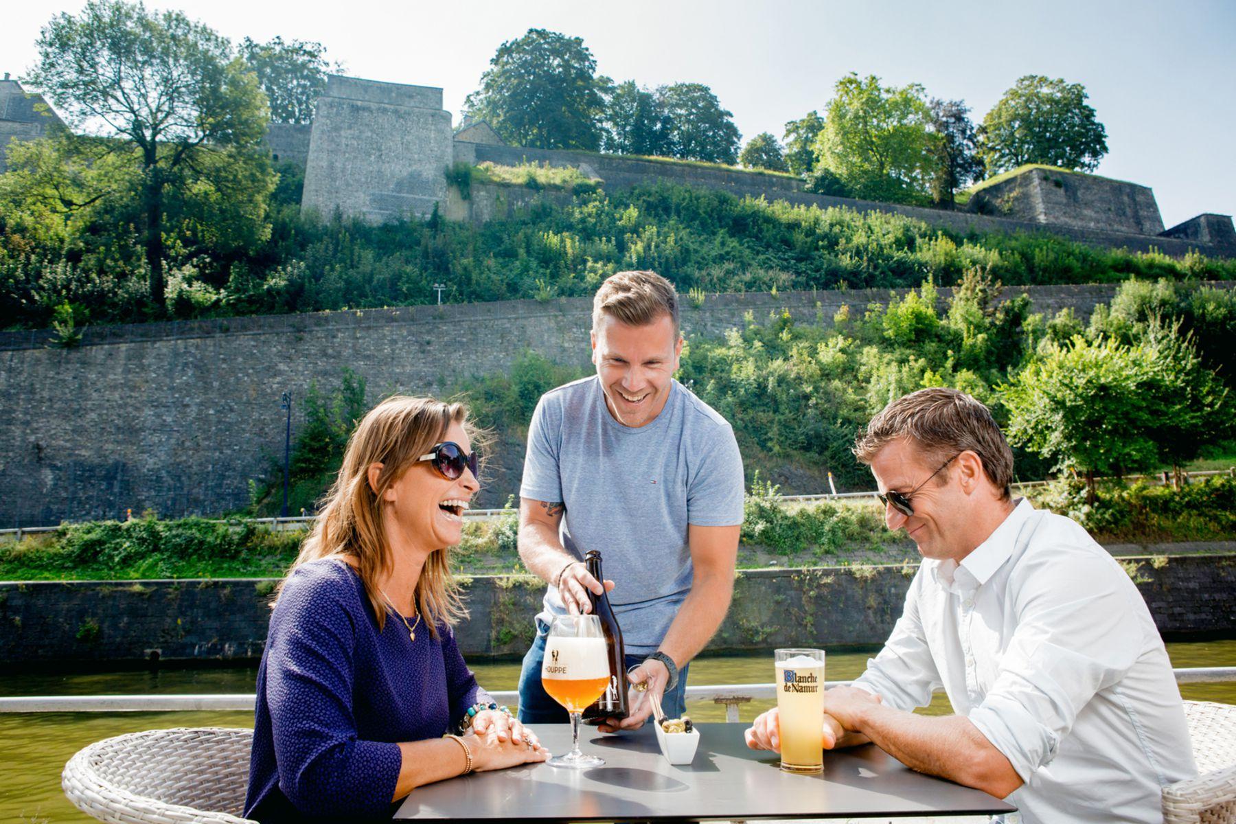 drie blije mensen die genieten van een biertje in Namen | credit: WBT - Denis Erroyaux