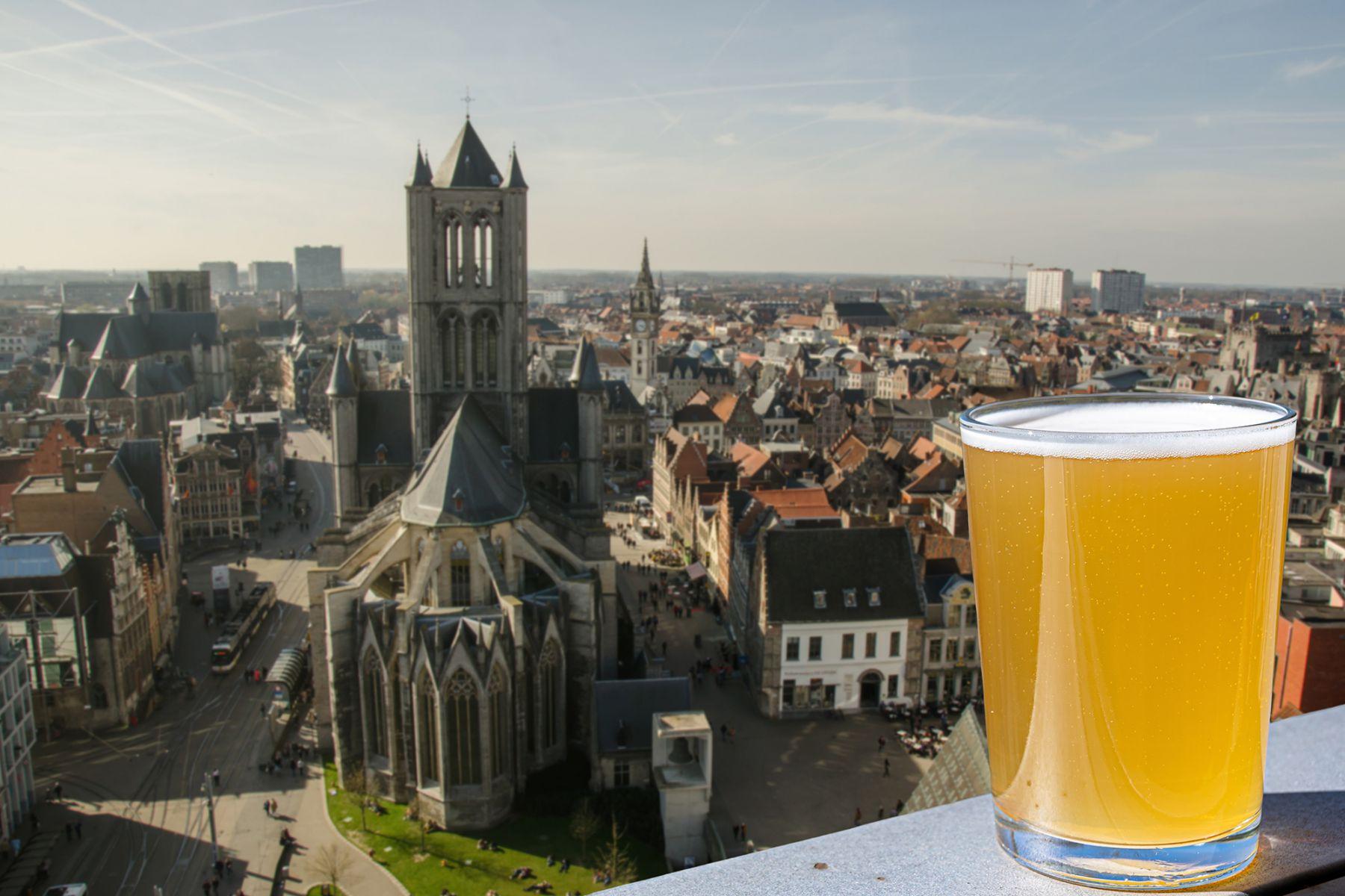 Glas bier met Gent op de achtergrond | credit: Maria Vonotna (iStock)