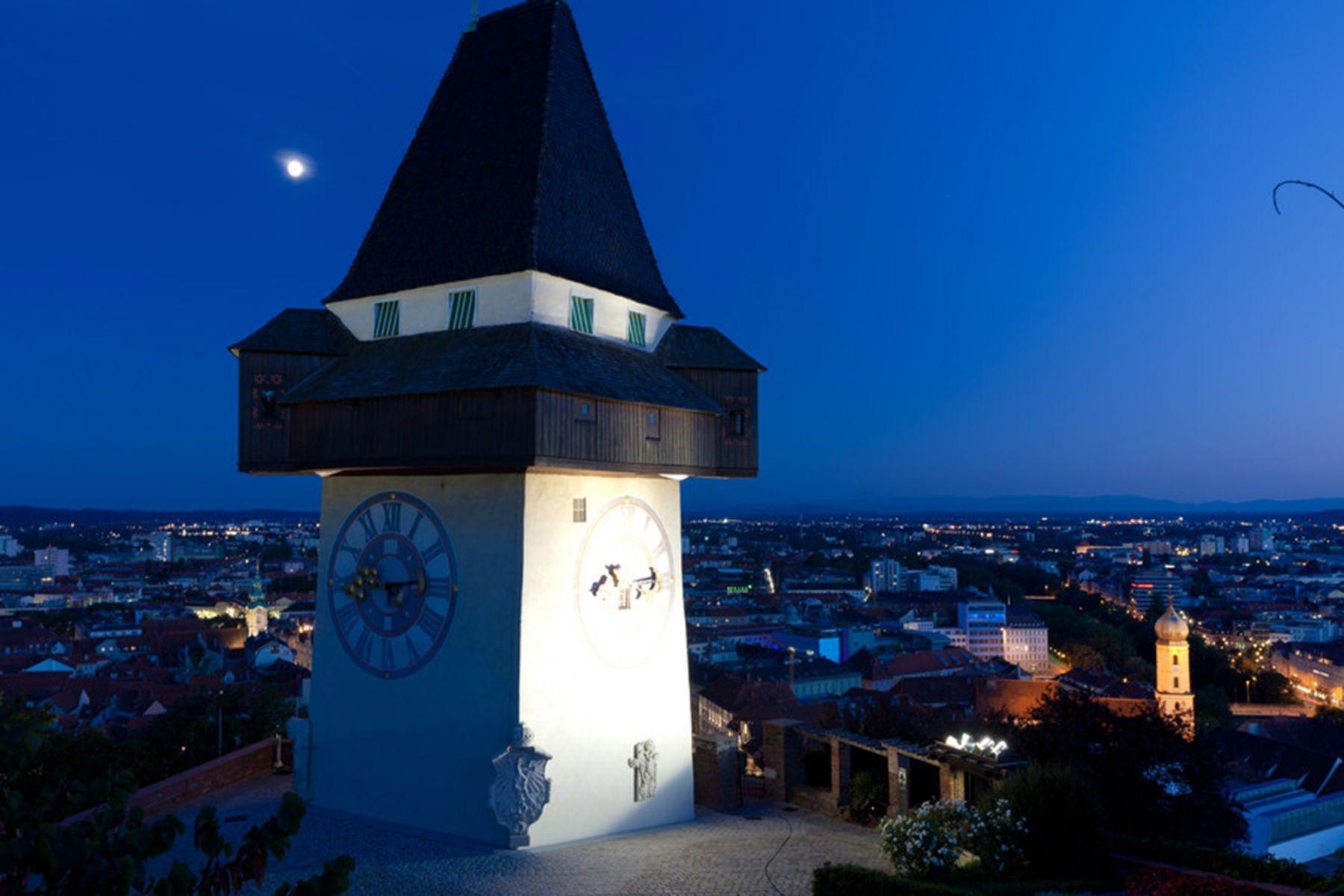 Uitzicht over de klokkentoren in de avond | credit: Graz Tourismus - Harry Schiffer
