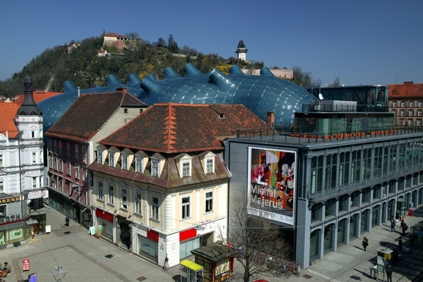 Het dak van het Kunsthaus steekt boven de gebouwen uit | credit: Graz Tourismus - Harry Schiffer