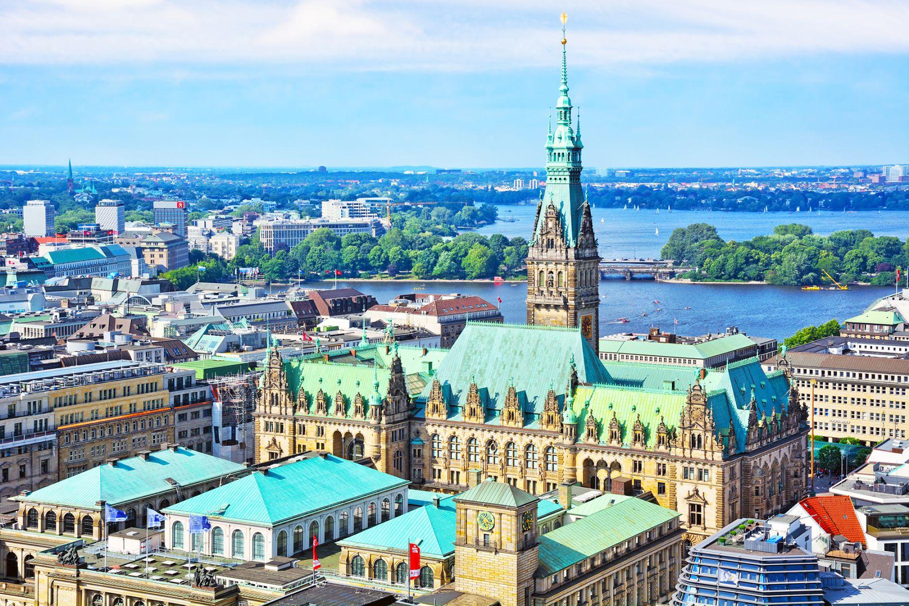 Het stadhuis van Hamburg vanuit de lucht | credit: alpien (iStock)