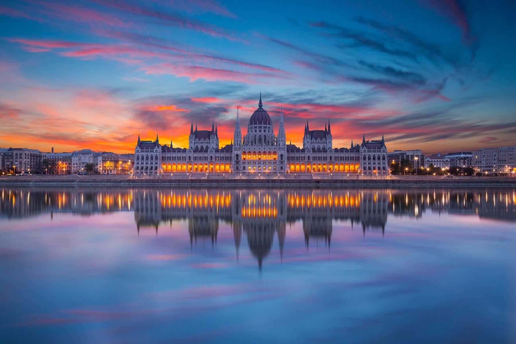 Het verlichte parlementsgebouw aan de Donau | credit: focusstock (iStock)