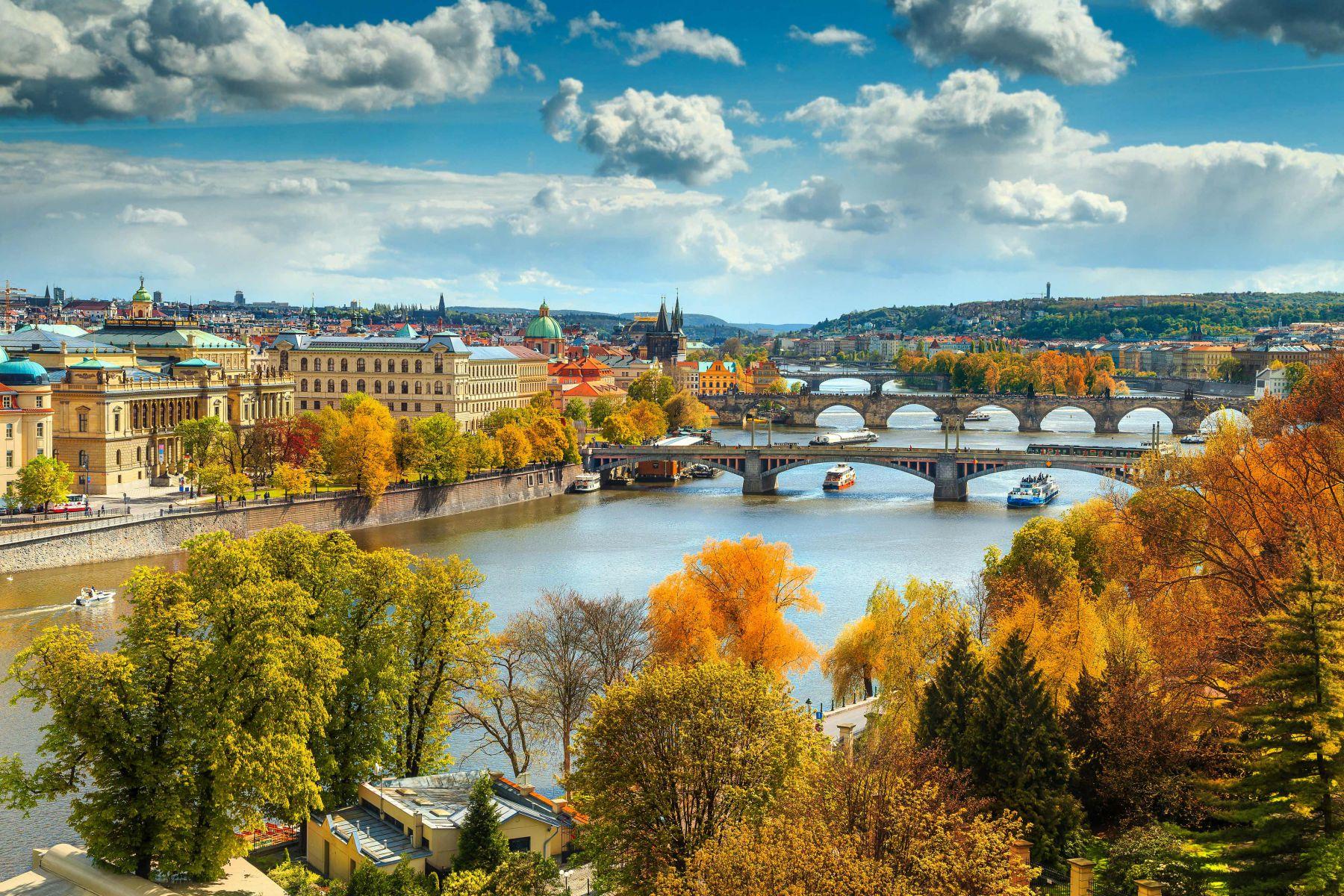 Prachtig uitzicht over Praag en de Moldau | credit: Janoka82 (iStock)