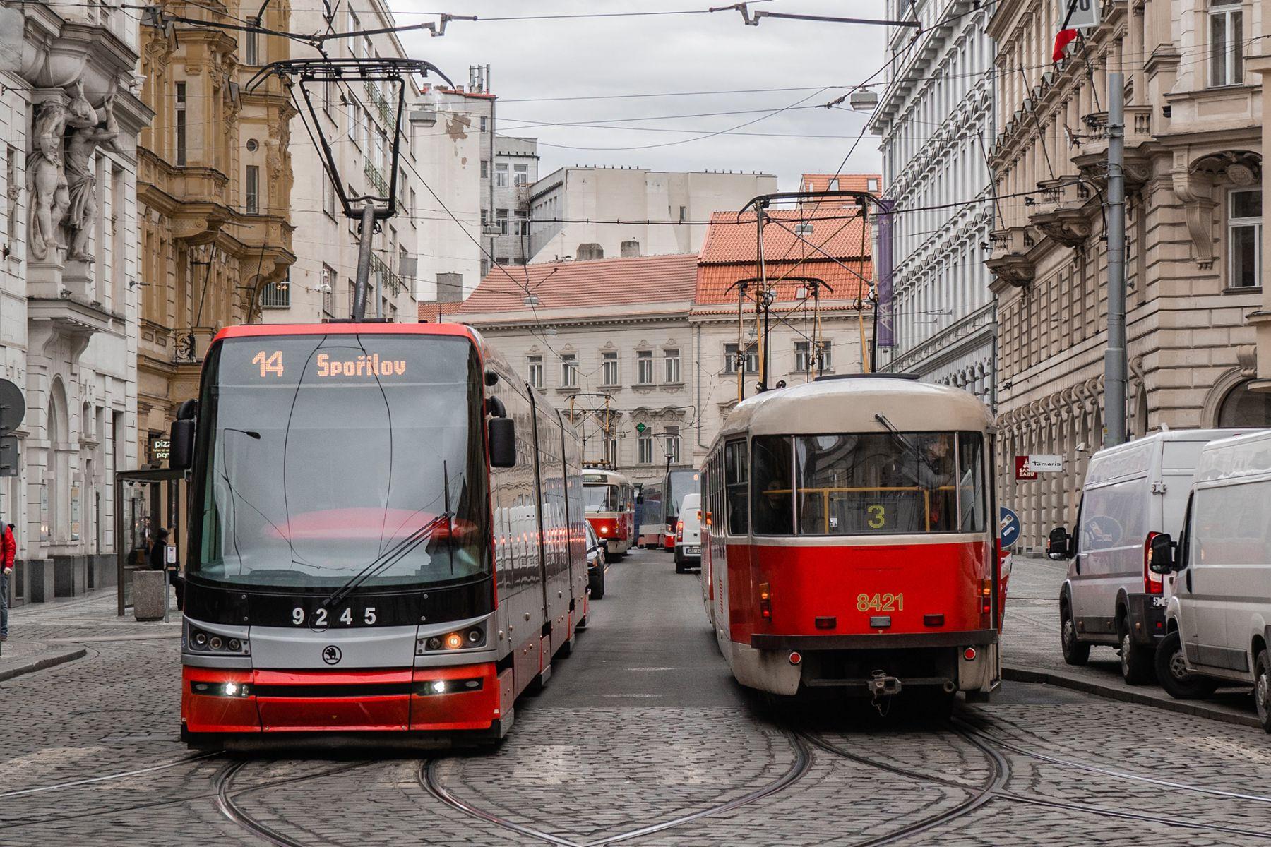 Een bus en tram in de oude straten van Praag | credit: Floris Andréa (Unsplash)