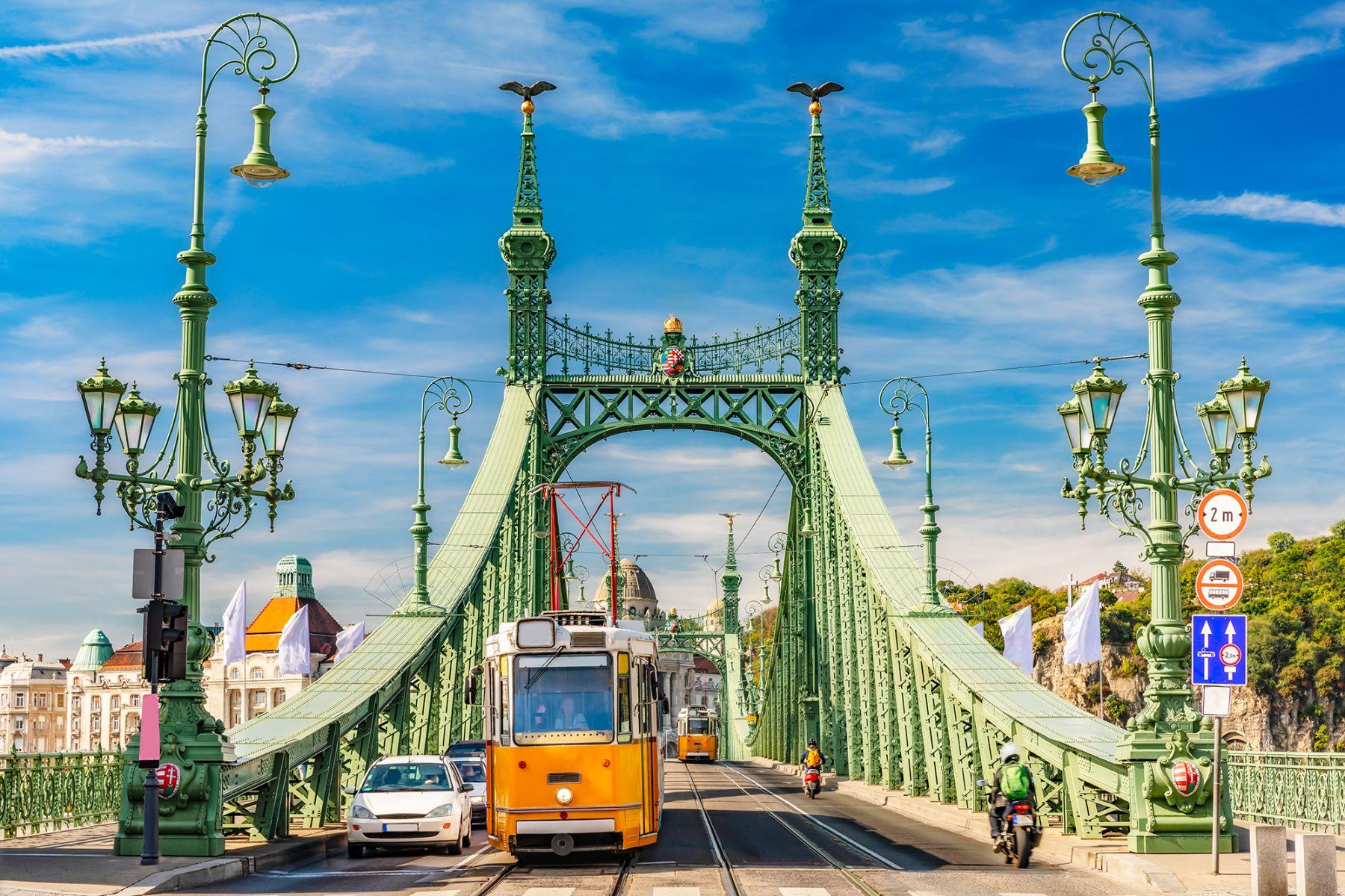 De vrijheidsbrug met een gele tram | credit: Marc_Osborne (iStock)