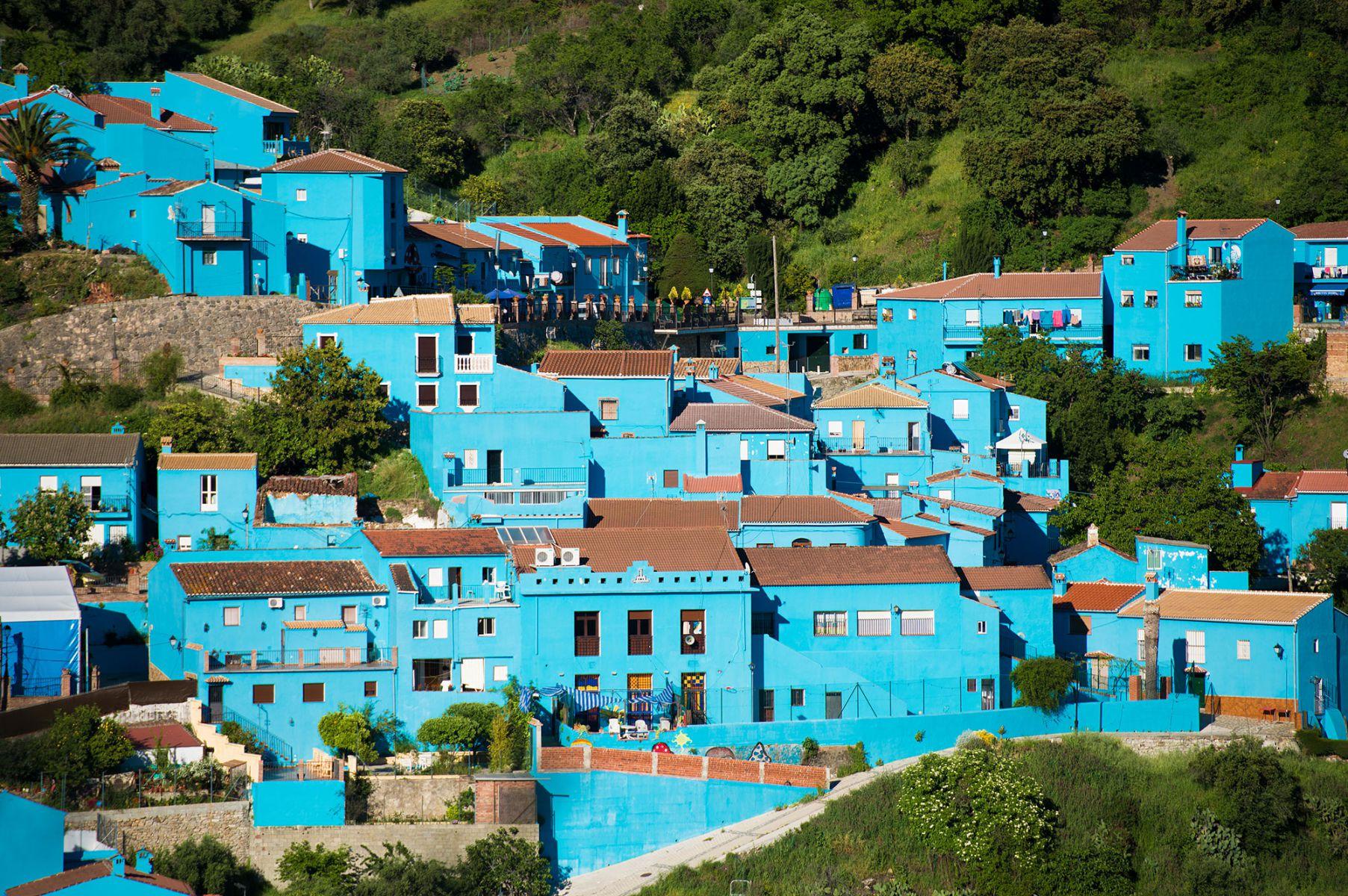Júzcar, een blauw smurfendorp in Andalusië, Spanje